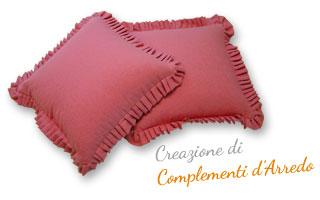 Immagine di due cuscini rivestiti in tessuto, con orlo a frange